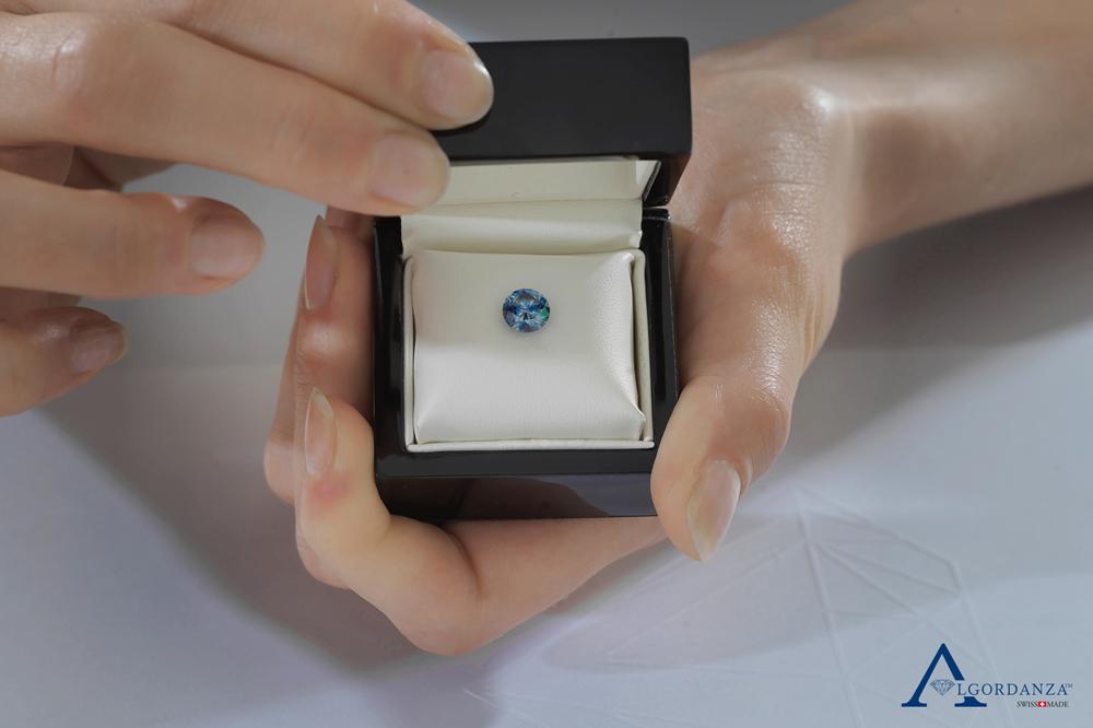 Ein Diamant aus der Asche einer verstorbenen Person wird in einer Schmuckschatulle präsentiert